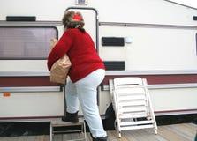 Mulher que vive em um reboque Imagem de Stock Royalty Free