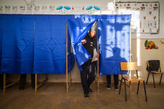 Mulher que vota na estação de votação Fotografia de Stock Royalty Free