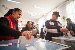 Mulher que vota na estação de votação Foto de Stock Royalty Free