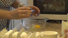 A mulher quebra ovos video estoque