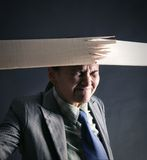 A mulher quebra a tira de madeira Imagens de Stock