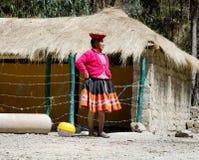 A mulher Quechua vestiu-se no equipamento feito a mão tradicional colorido Imagens de Stock Royalty Free