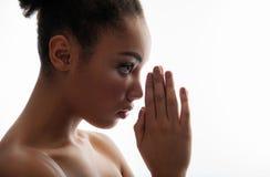Mulher quieta que lê uma oração foto de stock royalty free