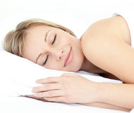Mulher radiante que dorme em sua cama Foto de Stock