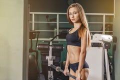Mulher real branca de travamento da aptidão no gym que guarda um barbell Fotos de Stock Royalty Free