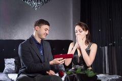 A mulher recebeu um presente da joia do noivo Foto de Stock