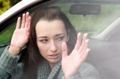 Mulher receosa no carro Fotografia de Stock