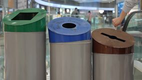 A mulher recicla o papel no balde do lixo com sinal do papel, do pl?stico e o de vidro Classifica??o e reciclagem Waste Movimento vídeos de arquivo