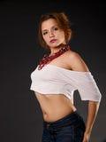 Mulher red-haired nova pelo lado. Imagem de Stock