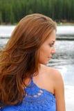Mulher Redheaded por um lago fotografia de stock royalty free