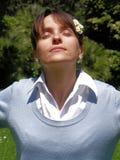 A mulher relaxa dentro Imagens de Stock