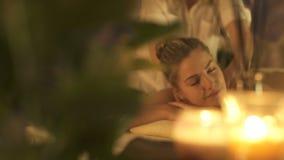 A mulher relaxa durante uma massagem video estoque