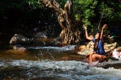 A mulher relaxa e jogando em Wang Takhrai Waterfall em Nakhon Nayok Tailândia Foto de Stock Royalty Free
