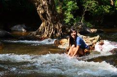 A mulher relaxa e jogando em Wang Takhrai Waterfall em Nakhon Nayok Tailândia Imagem de Stock Royalty Free