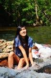 A mulher relaxa e jogando em Wang Takhrai Waterfall em Nakhon Nayok Tailândia Imagens de Stock Royalty Free