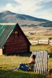 A mulher relaxa na grama no campo Imagens de Stock Royalty Free