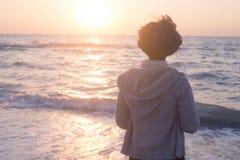 A mulher relaxa na praia Fotografia de Stock