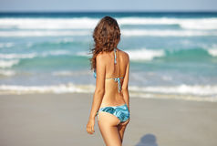 A mulher relaxa na praia e na vista ao mar Imagens de Stock