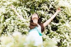 A mulher relaxa nas flores brancas do verão Imagens de Stock Royalty Free
