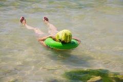 Mulher relaxada no mar Fotografia de Stock Royalty Free