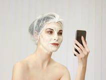 Mulher relaxado com um levantamento da máscara protetora foto de stock