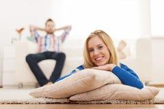 Mulher relaxado na sala de visitas Fotografia de Stock