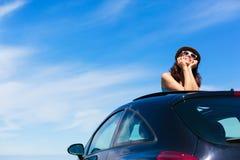 Mulher relaxado nas férias de verão que inclinam para fora o teto-solar Fotografia de Stock