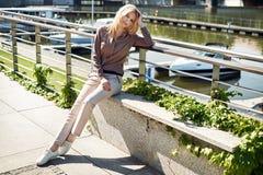 Mulher relaxado que toma um sunbath urbano Imagens de Stock Royalty Free