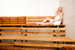 Mulher Relaxed na sauna Imagens de Stock Royalty Free