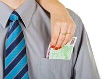 A mulher remove o dinheiro do bolso Fotografia de Stock
