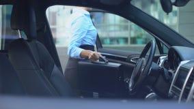 A mulher respeitável sai do carro estacionado perto do centro do escritório, estilo de vida ocupado video estoque