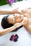 Mulher restful ao ter uma terapia facial imagens de stock royalty free