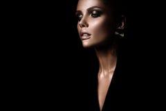 A mulher restrita 'sexy' com composição e um penteado elegante imagens de stock