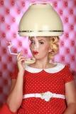 A mulher retro à moda que tem seu cabelo secou Fotografia de Stock Royalty Free