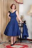Mulher retro atrativa nos anos 50 vestido & chapéu Fotografia de Stock Royalty Free