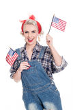 A mulher retro bonita comemora o 4 de julho, isolado no branco fotos de stock royalty free
