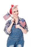A mulher retro bonita comemora o 4 de julho, isolado no branco Foto de Stock