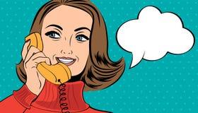 Mulher retro bonito do pop art no estilo da banda desenhada que fala no telefone Imagem de Stock