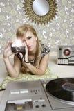 Mulher retro da foto da câmera no quarto do vintage Imagens de Stock