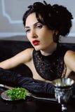 Mulher retro elegante que janta em um interior luxuoso imagens de stock