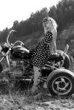 Mulher retro em uma bicicleta foto de stock