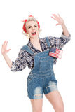 A mulher retro entusiasmado comemora o 4 de julho, isolado no branco Imagens de Stock Royalty Free