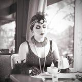 Mulher retro 1920 - 1930 que sentam-se em um restaurante Imagem de Stock Royalty Free