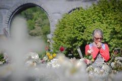 A mulher reza na peregrinação em Lourdes, França fotografia de stock royalty free