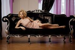 A mulher rica luxuosa gosta de Marilyn Monroe fotografia de stock royalty free