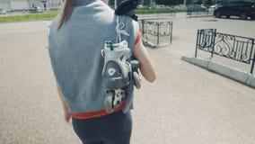 Mulher rollerblabing nova nas calças justas líquidas que têm o divertimento perto do mar em uma tampa de placa no dia ensolarado  vídeos de arquivo
