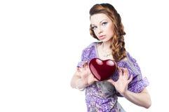 Mulher romântica bonita que prende uma obscuridade - coração vermelho Imagens de Stock Royalty Free