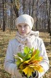 Mulher romântica no parque do outono Fotos de Stock Royalty Free