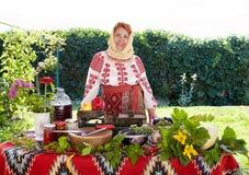 Mulher romena do camponês que vende produtos agrícolas Imagens de Stock Royalty Free