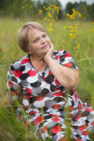 A mulher romântica do pensionista relaxa na grama Fotos de Stock Royalty Free